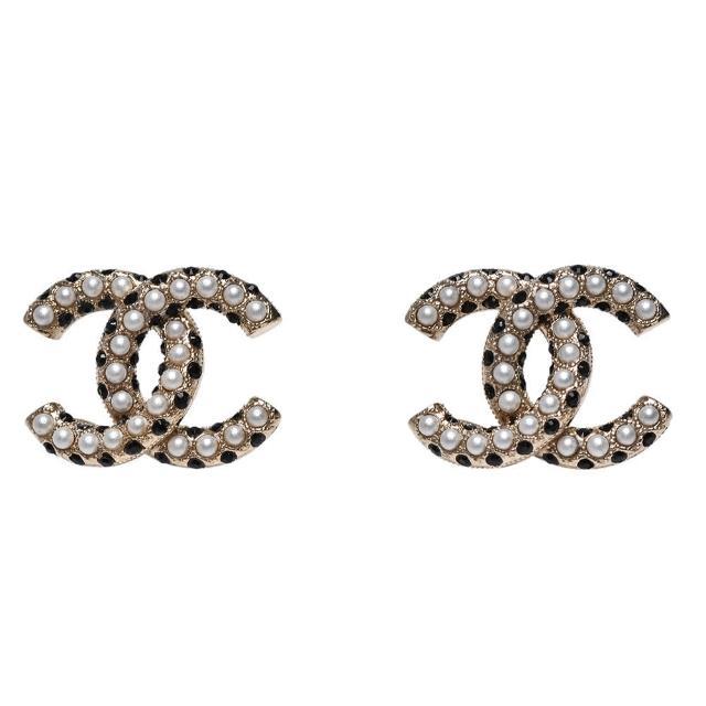 【CHANEL 香奈兒】經典雙C LOGO珍珠/水鑽鑲飾穿式耳環(黑/金色AB6675-BLK-OR)