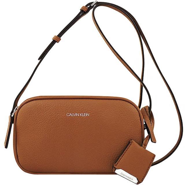 【Calvin Klein 凱文克萊】荔枝紋皮革雙層斜背包(焦糖色)