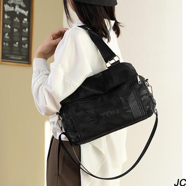 【JC Collection】時尚英文母印刷輕便大容量多層次高密度防潑水尼龍側肩斜背包(黑色、卡其色)