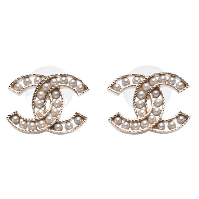 【CHANEL 香奈兒】經典珍珠鑲飾簍空雙C LOGO造型穿式耳環(金AB6959-OR)